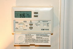 What are a Programmable Thermostat's Hold and Run Modes and When